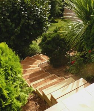 Escalier bois, talus paysager