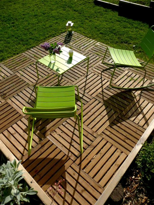 Terrasse bois et salon de jardin coloré